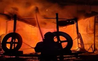 الصورة: دفاع مدني عجمان يخمد حريقاً في ورشة حدادة