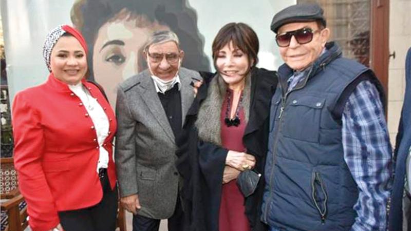 سمير صبري ومفيد فوزي مع لبنى عبدالعزيز في حفل توقيع الكتاب.     من المصدر