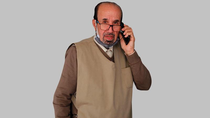 يواظب فيكتور أبوخير (77 عاماً) منذ عام 1965 على فتح صالونه للحلاقة.   أ.ف.ب