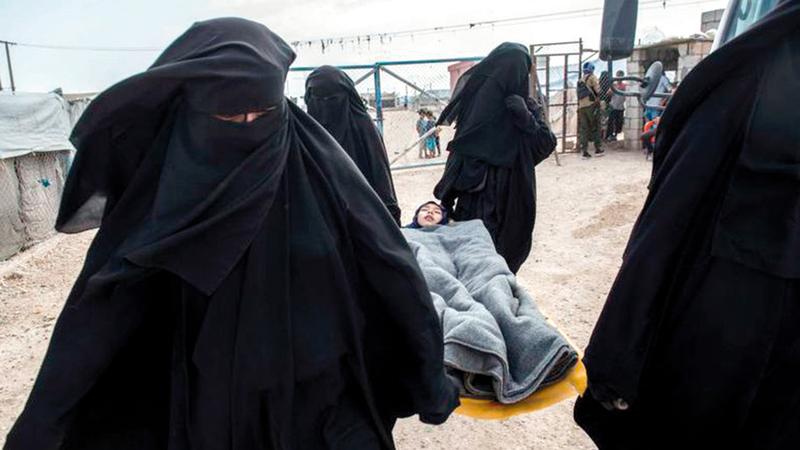 فتاة مريضة في مخيم الهول يتم حملها إلى المستشفى الميداني بالمخيم.  من المصدر