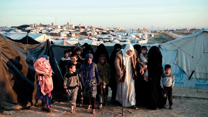 سكان مخيم الهول يخرجون للتفتيش.   من المصدر