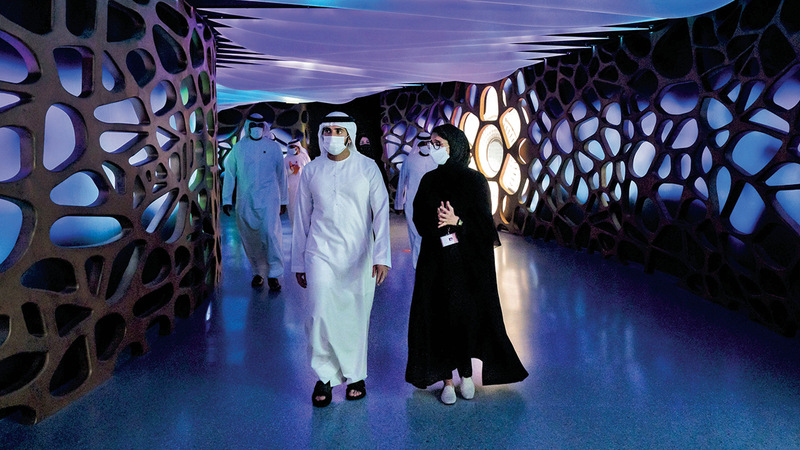 حمدان بن محمد يستمع إلى شرح عن آخر الاستعدادات لـ«إكسبو دبي 2020».  وام