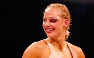 """بالفيديو: """"الملاكمة الشقراء"""" تدخل الحلبة متحدية وتخرج بعين واحدة!"""