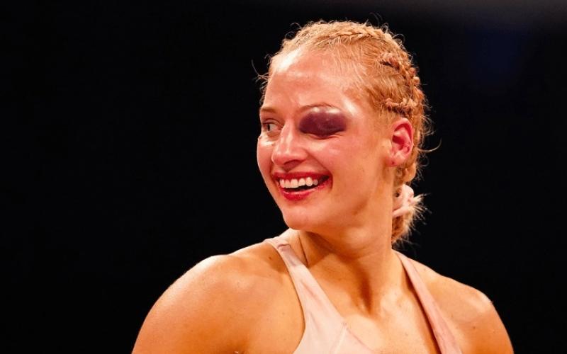 """الصورة: بالفيديو: """"الملاكمة الشقراء"""" تدخل الحلبة متحدية وتخرج بعين واحدة!"""
