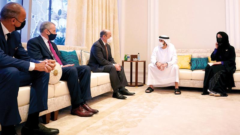 حمدان بن محمد خلال اسقباله المدير التنفيذي القانوني لـ«جنرال موتورز- كروز» والوفد المرافق له. وام