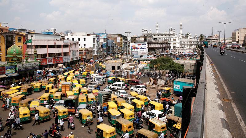 ازدحام مروري في مدينة بنغالور الهندية تزامناً مع ارتفاع عدد الإصابات بفيروس كورونا.  إي.بي.إيه