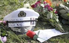 الصورة: صورة وتعليق.. قبعة وزهور في وداع دوق أدنبره