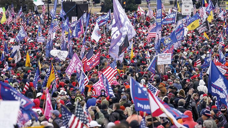 صورة أرشيفية لأنصار ترامب وهم يحتشدون أمام مبنى الكونغرس قبل اقتحامه في يناير الماضي ما أحدث انقساماً في صفوف الجمهوريين وجلب عليهم الانتقادات.  أ.ب
