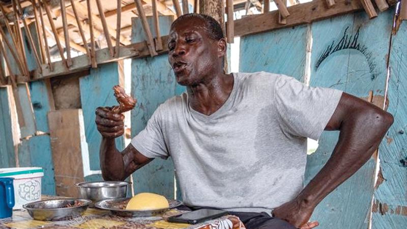 يتناول وجبة من الحيوانات البرية بالكسافا مع صلصة الباذنجان الحارة.  من المصدر