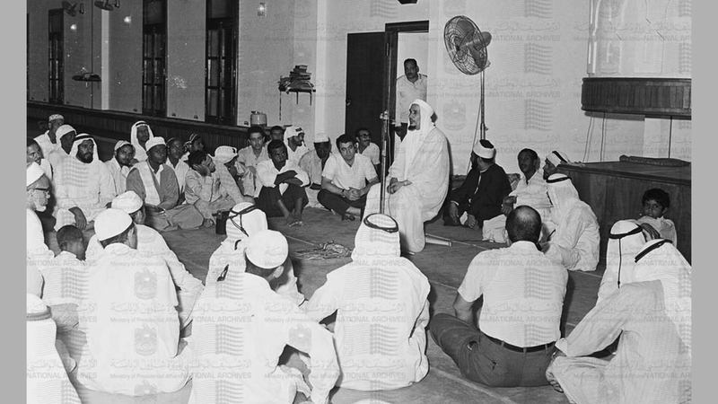 حضور عدد من المسلمين في مسجد الجامع الكبير للاستماع إلى الدروس الدينية التي يقدمها علماء وأساتذة الدين الإسلامي 16 أكتوبر 1973.  (الأرشيف الوطني)