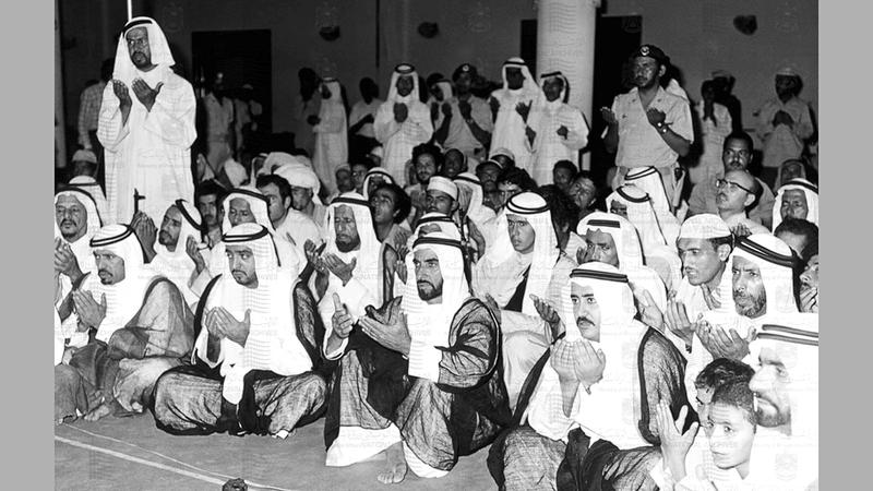 الشيخ زايد بن سلطان آل نهيان والشيخ خليفة بن زايد آل نهيان، والوزراء، وعدد كبير من المواطنين، خلال الاحتفال بليلة القدر 12 أكتوبر 1974. (الأرشيف الوطني)