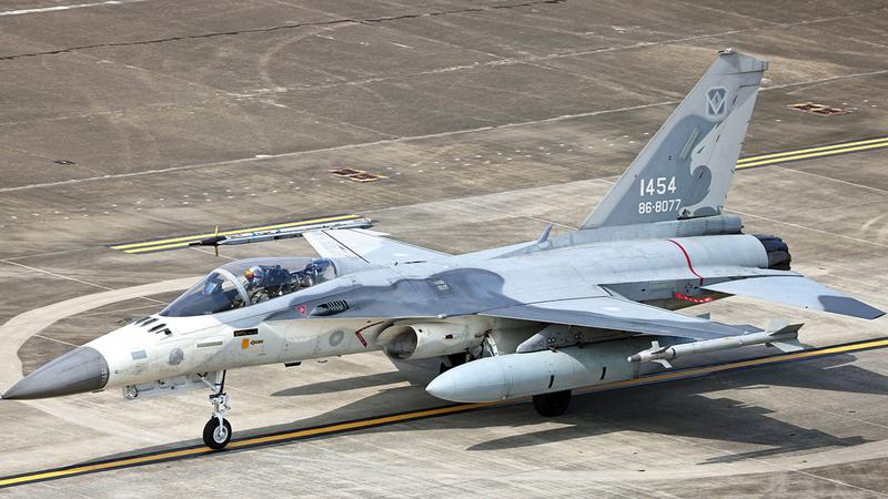 مقاتلة تايوانية بقاعدة تيانان الجوية.  رويترز