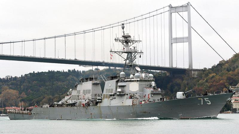 المدمرة الأميركية يو إس إس دونالد كوك تبحر عبر مضيق البسفور بتركيا في طريقها للبحر الأسود.   رويترز