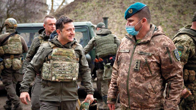 الرئيس الأوكراني فولودمير زلينسكي مع جنوده في الخطوط الأمامية مع روسيا.   أ.ف.ب