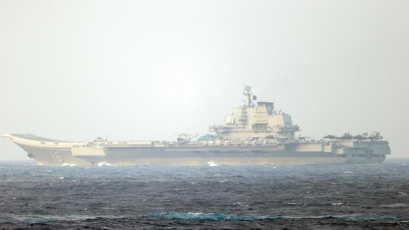 حاملة الطائرات الصينية لياوننغ تبحر عبر مضيق مياكو بالقرب من جزيرة أوكيناوا اليابانية.   رويترز
