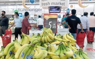مستهلكون يطالبون بتنظيم الدخول لمنافذ البيع وتطبيق الإجراءات الاحترازية خلال أوقات «الزحام»