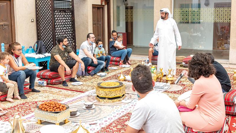 المرشدون الإماراتيون بمثابة سفراء ثقافيين.   من المصدر