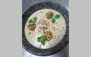 الصورة: طبق اليوم.. شوربة الباذنجان المشوي مع الدجاج
