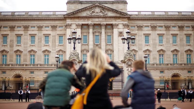 عدد من الناس يتجمعون خارج قصر باكينغهام إعراباً عن حزنهم لوفاة الأمير فيليب. رويترز