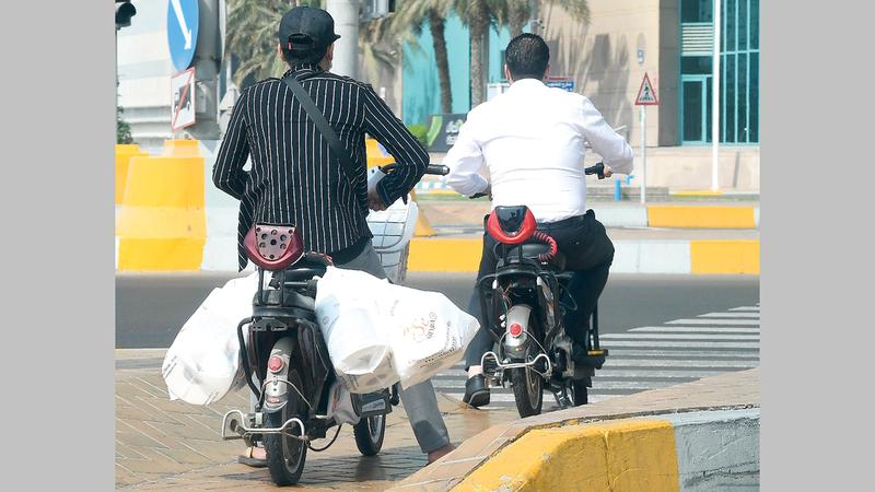 استخدام الدراجات الكهربائية في غير الأغراض المخصصة لها.  تصوير: إريك أرازاس