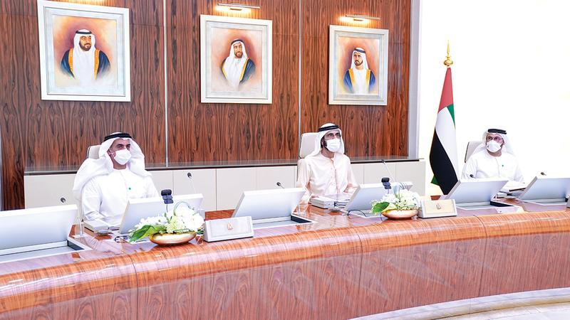 محمد بن راشد خلال ترؤسه اجتماع مجلس الوزراء بحضور سيف بن زايد.  من المصدر