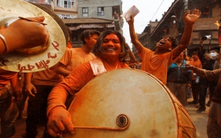 """الصورة: بالصور: مهرجان """"سيندور جاترا"""" للترحيب بقدوم الربيع والعام الجديد النيبالي"""
