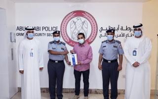الصورة: شرطة أبوظبي تكرم عربياً لأمانته في إعادة مبلغ مالي كبير مفقود لصاحبه