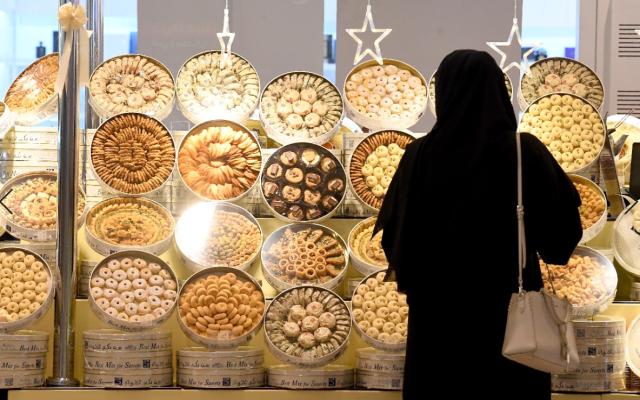 الصورة: سكان أبوظبي يشترون حلويات رمضان قبل الإفطار