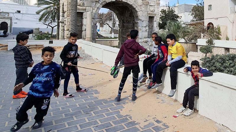 شباب يعملون على المناظر الخارجية في أحد ميادين طرابلس.  أ.ف.ب