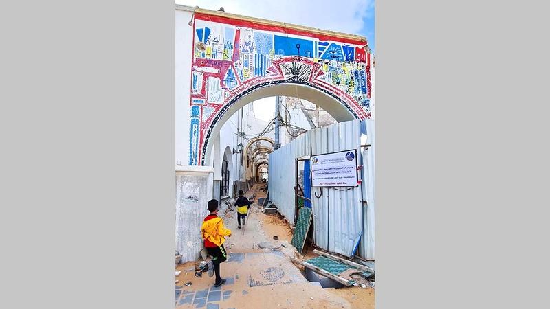 الشباب يعملون في إعادة تأهيل طرابلس القديمة.  أ.ف.ب