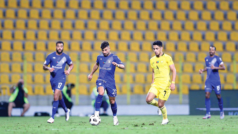 أنطونيو توزي وعلي صالح خلال مباراة النصر والوصل.  الإمارات اليوم