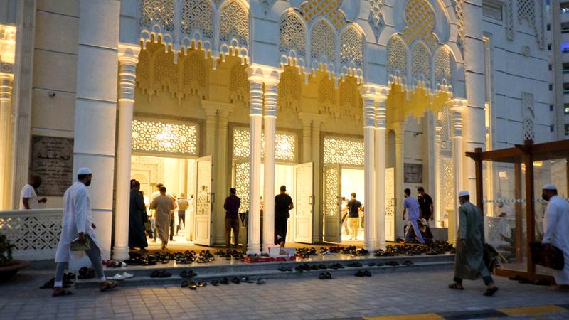 موظفون في كل مسجد للتأكد من التزام الجميع بالإجراءات الاحترازية. أرشيفية