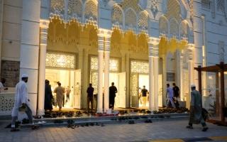 الصورة: مصلون يخالفون الإجراءات الاحترازية في المساجد