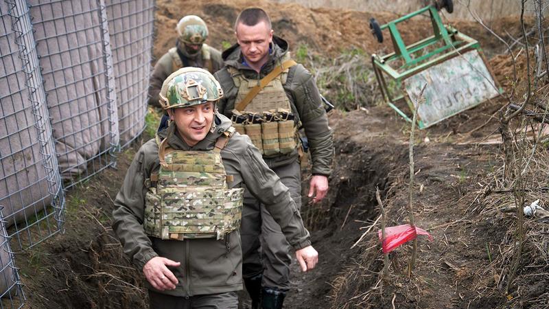 الرئيس الأوكراني يتأكد من جاهزية قواته على الحدود.   إي.بي.إيه