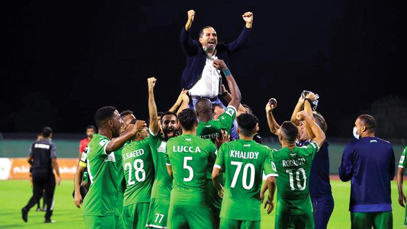 لاعبو العروبة خلال الاحتفال أول من أمس بالصعود إلى «المحترفين». من المصدر