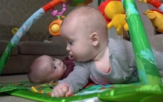 الصورة: بحالة نادرة.. أميركية تُفاجأ بحملها بطفلها الثاني قبل أن تلد الأول