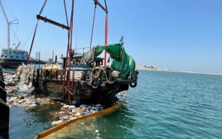 الصورة: انقاذ 6 بحارة في خور دبي تعرض قاربهم لتسرب مياه