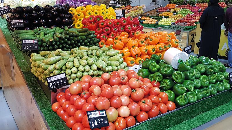 الطماطم والخيار والفلفل الأخضر من أبرز الأصناف التي شهدت ارتفاعات في أسعارها.   الإمارات اليوم