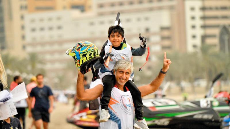 علي مع والده بعد الفوز بأحد سباقات الدراجات المائية.  من المصدر