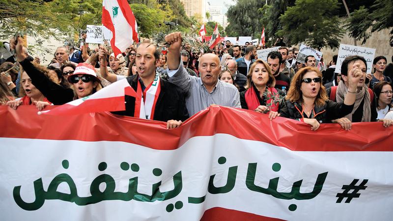 انتفاضة اللبنانيين خرّبت البنى التحتية المتهالكة.   أ.ب