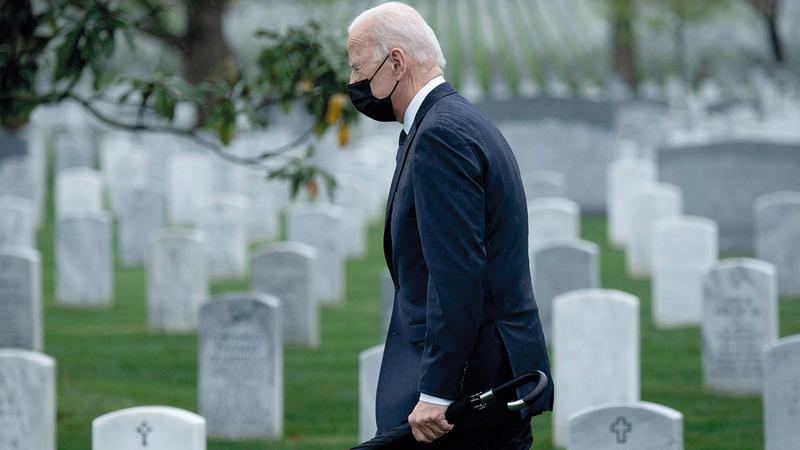 بايدن في مقبرة أرلينغتون الوطنية التي تضمّ قتلى من الحرب الأفغانية.   أ.ف.ب