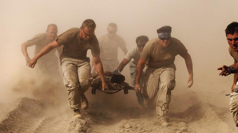 جنود أميركيون يخلون أحد الجنود الجرحى في قندهار جنوب أفغانستان.   رويترز