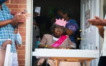 """الصورة: تركت 100 من أحفاد الأحفاد.. وفاة """"عميدة الأميركيين"""" عن عمر 116 عاماً"""