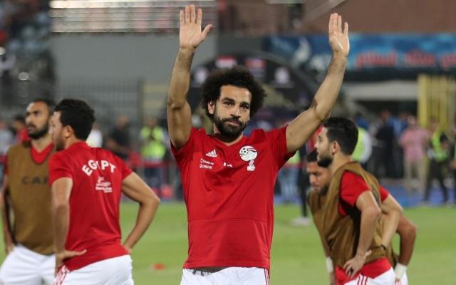 الصورة: محمد صلاح يتلقى خبراً ساراً من مصر