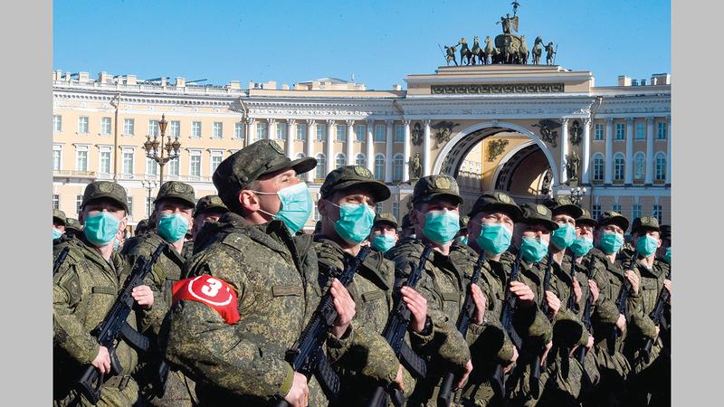 جنود روس يشاركون في عرض عسكري بسانت بطرسبرغ أمس.  أ.ف.ب