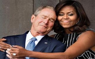 """الصورة: """"أنا أحبه حتى الموت"""".. رد فعل """"صادم"""" على صداقة """"غريبة"""" بين زوجة أوباما وبوش الابن"""
