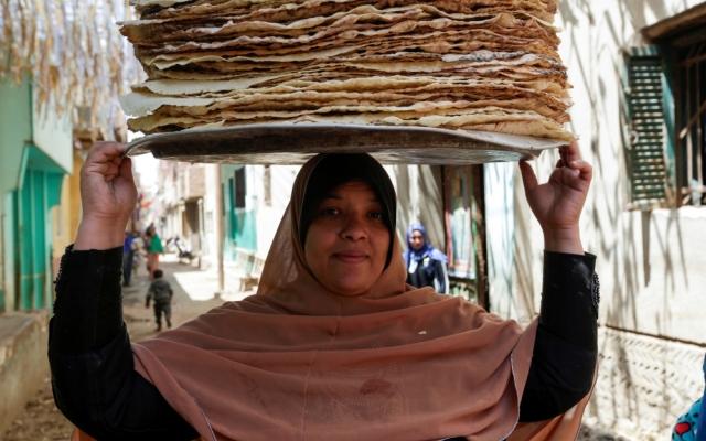 الصورة: مصر.. شهر رمضان يوسع باب الرزق على بائعات الخبز البلدي
