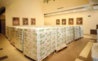 الصورة: وصول مساعدات «زايد الإنسانية» من التمور إلى الأسر المحتاجة حول العالم
