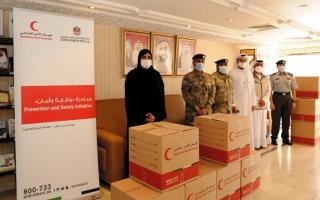 الصورة: «إصلاحية أبوظبي» توزع 1000 حقيبة وقائية على  نزلائها