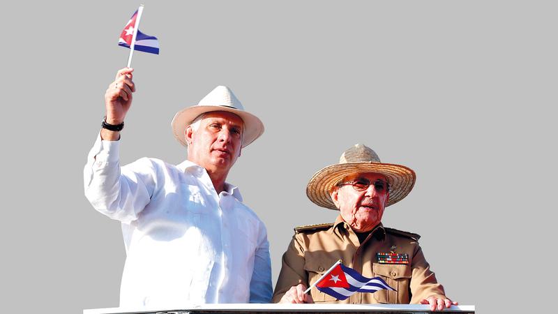 الجيل القديم ممثلاً براؤول كاسترو «إلى اليمين» مع الزعيم الجديد الرئيس ميجيل دياز كانل.   إي.بي.إيه